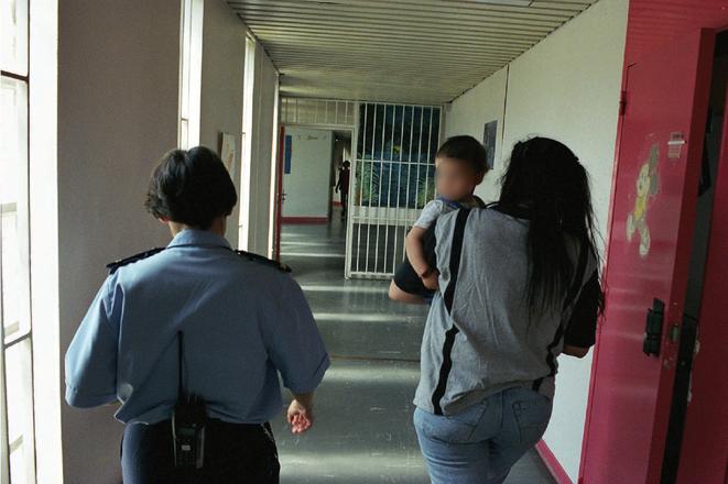 Defense reccomend surveillante prison france